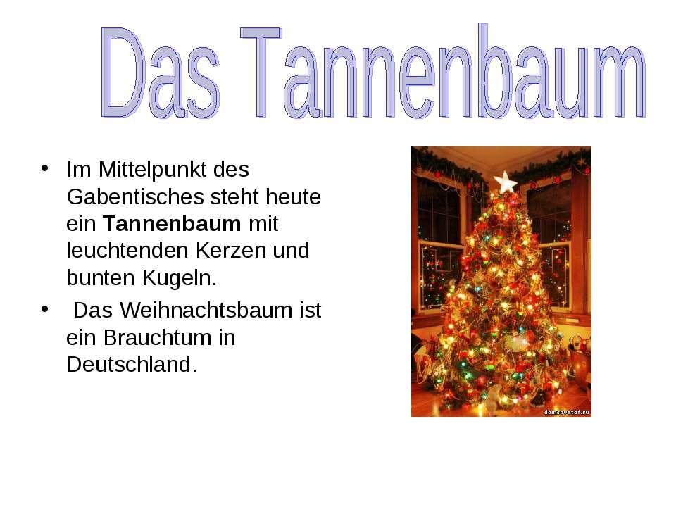 Im Mittelpunkt des Gabentisches steht heute ein Tannenbaum mit leuchtenden Ke...