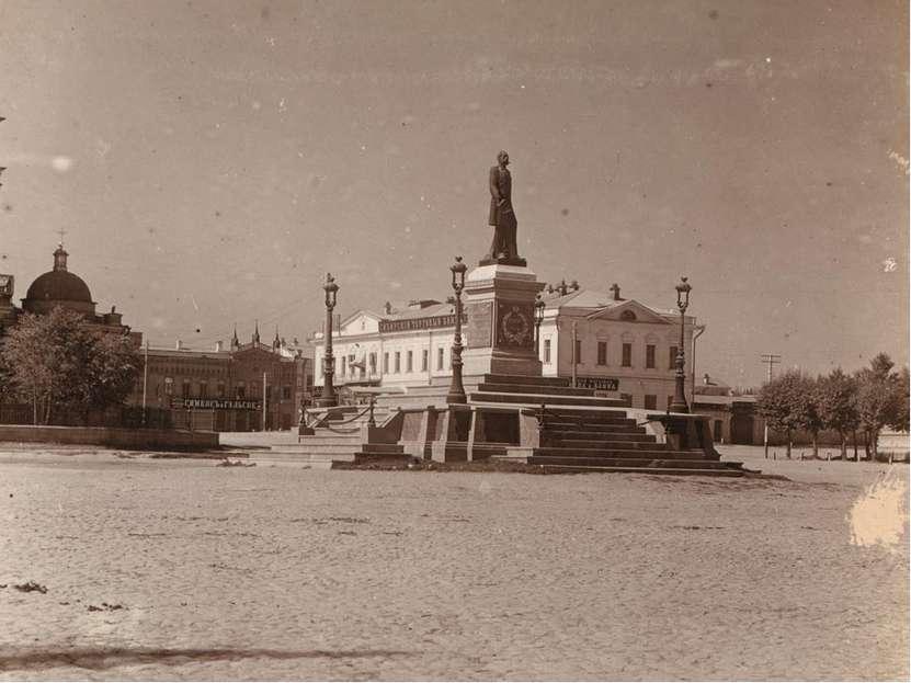 Памятник Александру I на главной городской площади