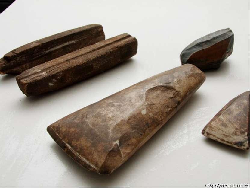 Но только люди умели заострять камни, чтобы с их помощью обтесывать дубины ил...