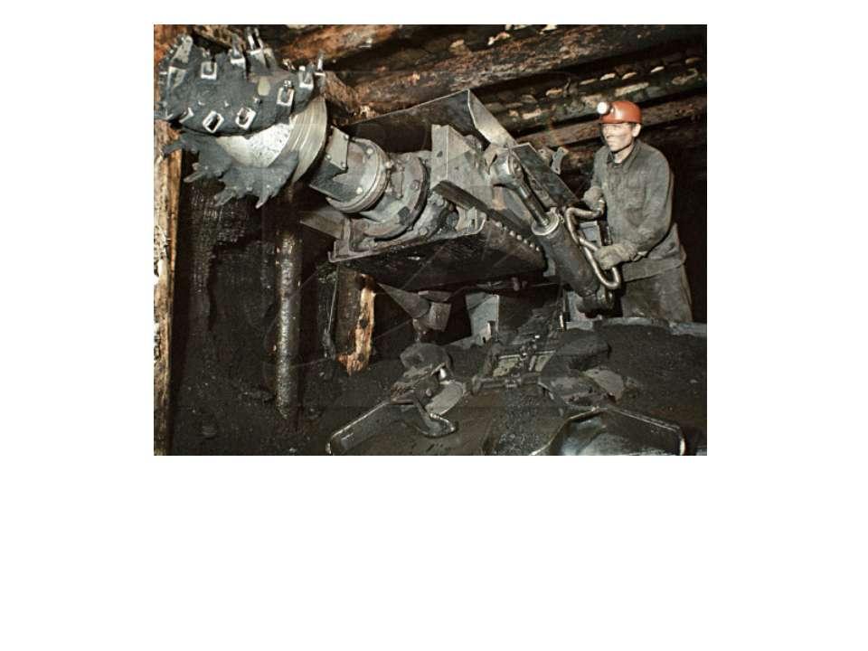 На какой глубине работают шахтеры, если в шахте барометр показывает 94000 Па ...