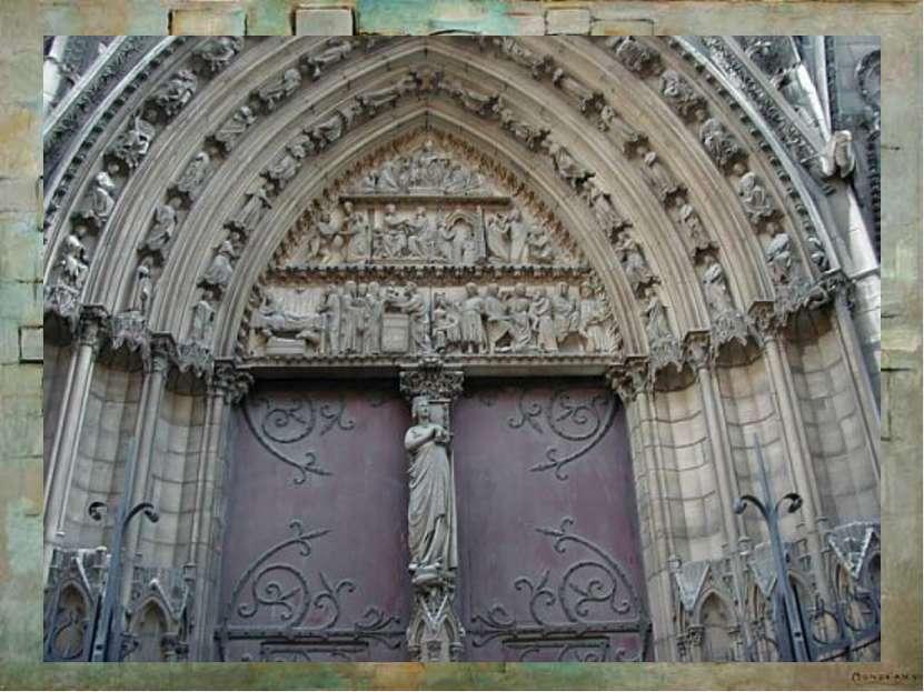 В храм ведут три входа-портала, обрамленных уходящими в глубину арками, над н...