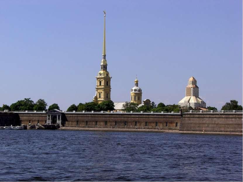 В 1703 году Петр I основал Санкт-Петербург, лично заложив Петропавловскую кре...