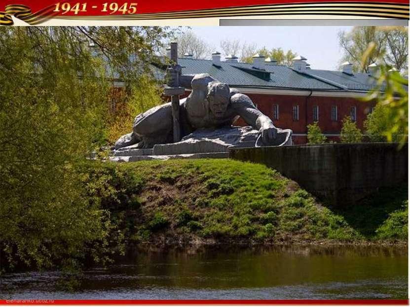 Скульптурная композиция «Жажда» у самого берега реки с документальной точност...