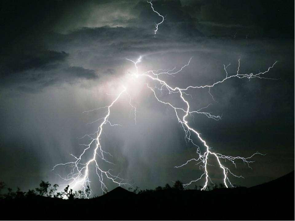 При движении грозового фронта от трения воздуха между землей и облаками образ...
